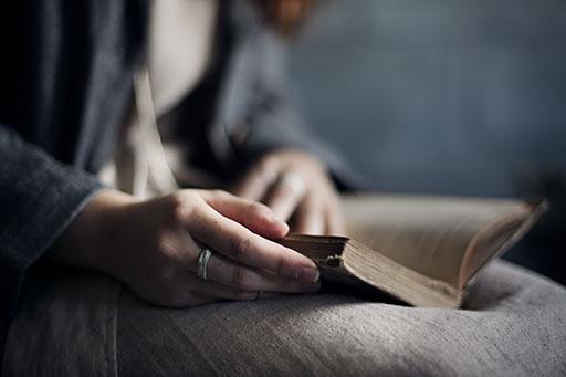 simple jewellery, quiet style reading