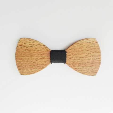Always a best seller. Light and comfortable to wear but a unique statement for the man who likes to be different. Available in Light wood ( eg oak, pictured) Mid tone wood (eg Kiaat) and Dark wood (eg Wenge). And every bow tie now comes loaded into one of our Óriginal Gentlemans boxes'.