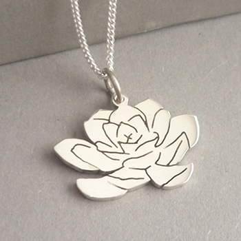 Cute little hand-cut Sterling silver Succulentpendant..  This pendant measures approx. 21x14mm in size, and you have a choice of 45cm or 50cm chains, or no chain :)