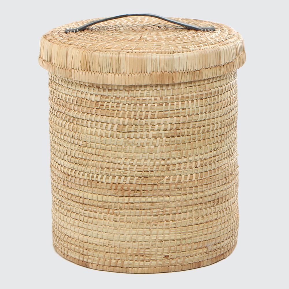 A strong, round laundry basket. Sturdy base, tidy look with reinforced leather handles on the lid. Woven with Palm.