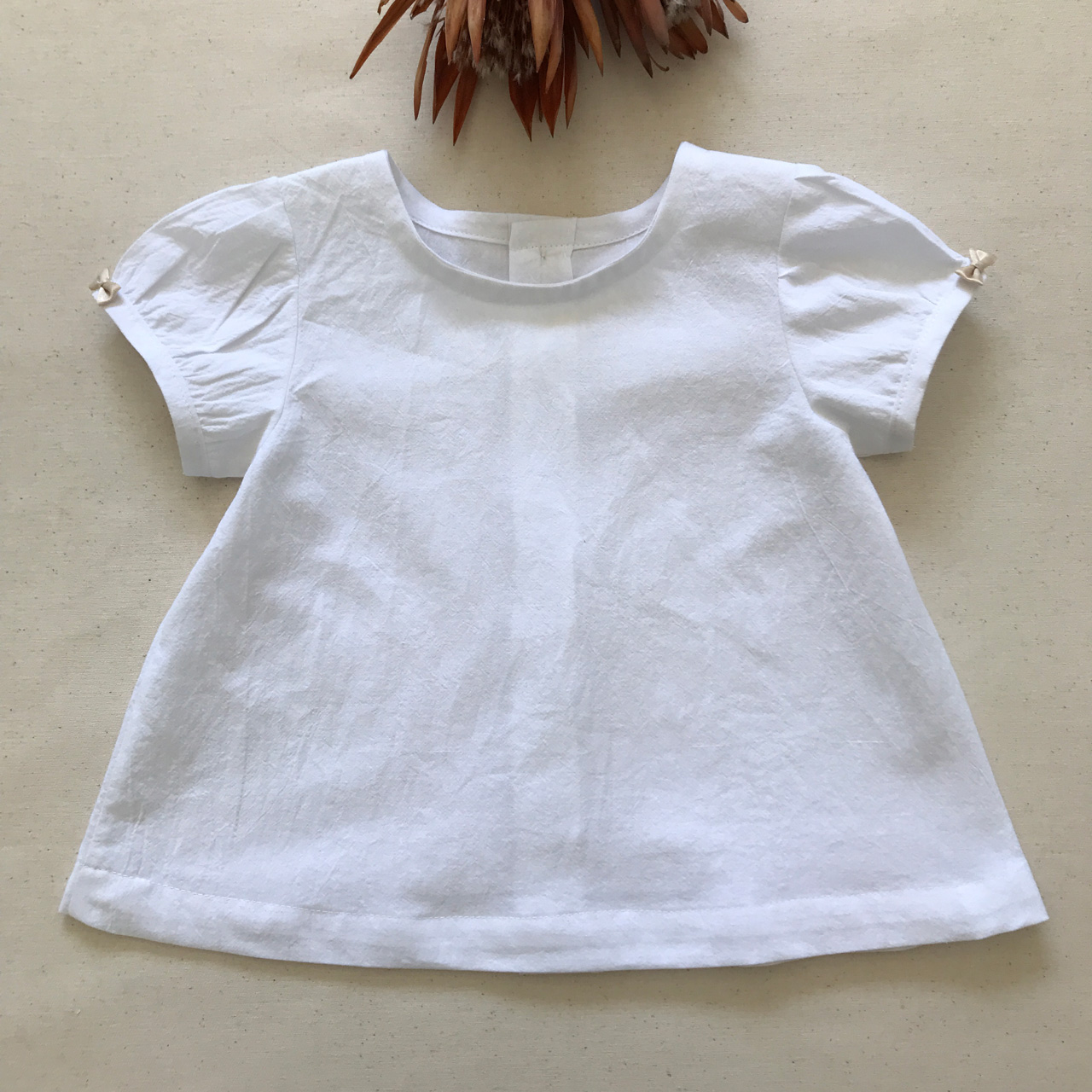 Beautiful cotton blouse, so simple yet so elegant! A great summer outfit.