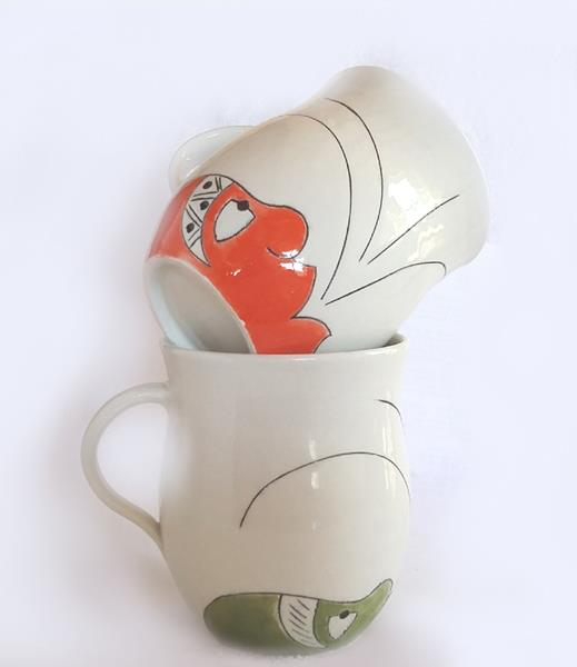 Turn every drink into an occasion with these funky beer mugs. For Valentine's Day, they come packaged in a themed box - perfect for a splash of romance on a really hot day. These mugs hold a minimum of 500ml.  Colours: Red, yellow, green, aquamarine, jade, mixed