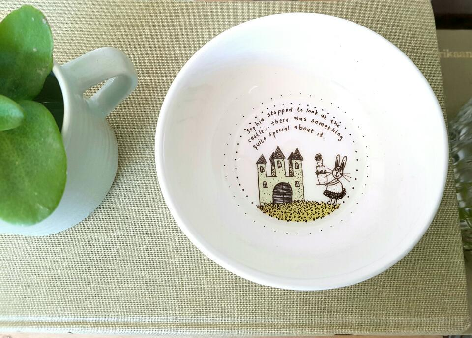 These bowls are a hit when your child is in the baby and toddler phase! Freeze food in them, bake small macaronis in them (we have tested...it works!) and heat baby food in them!  Also the perfect gift together with our mint kids mug.  There are six different ones, all telling a story of Ben and Sophia visiting the castle for a picnic. Buy them as a set or seperate.  Height: 5 cm  Width: 11.5 cm