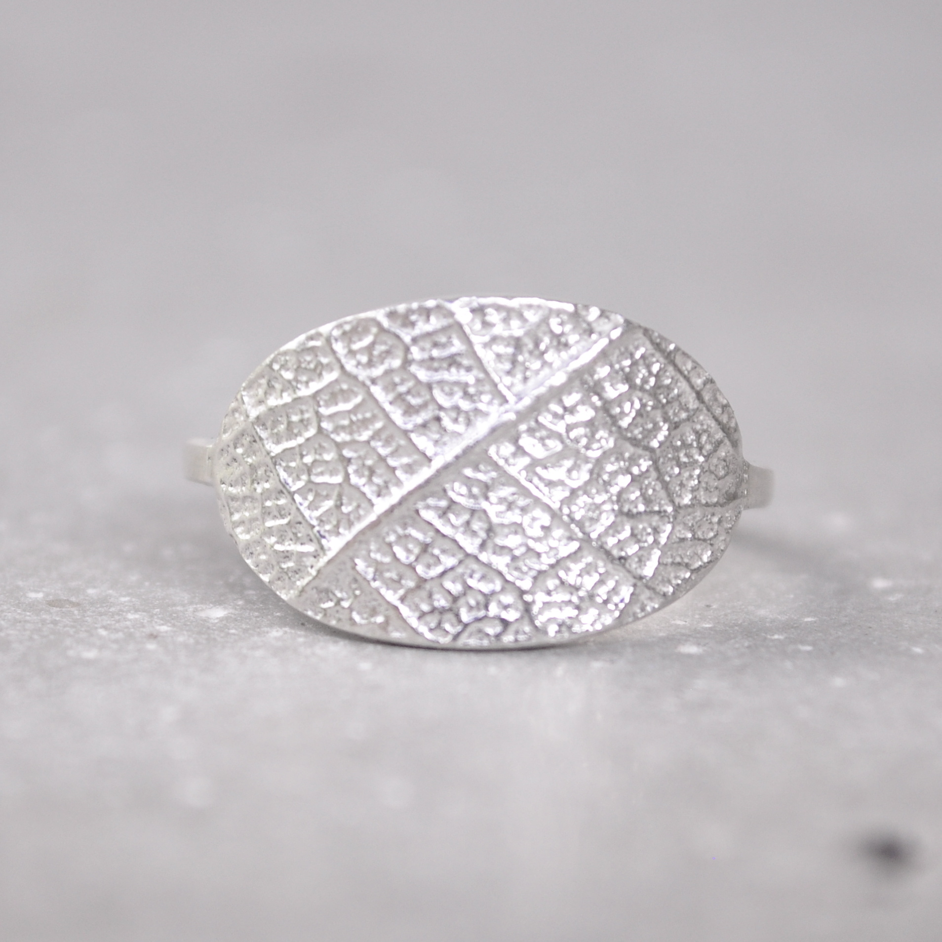 Leaf textured Oval Curvy