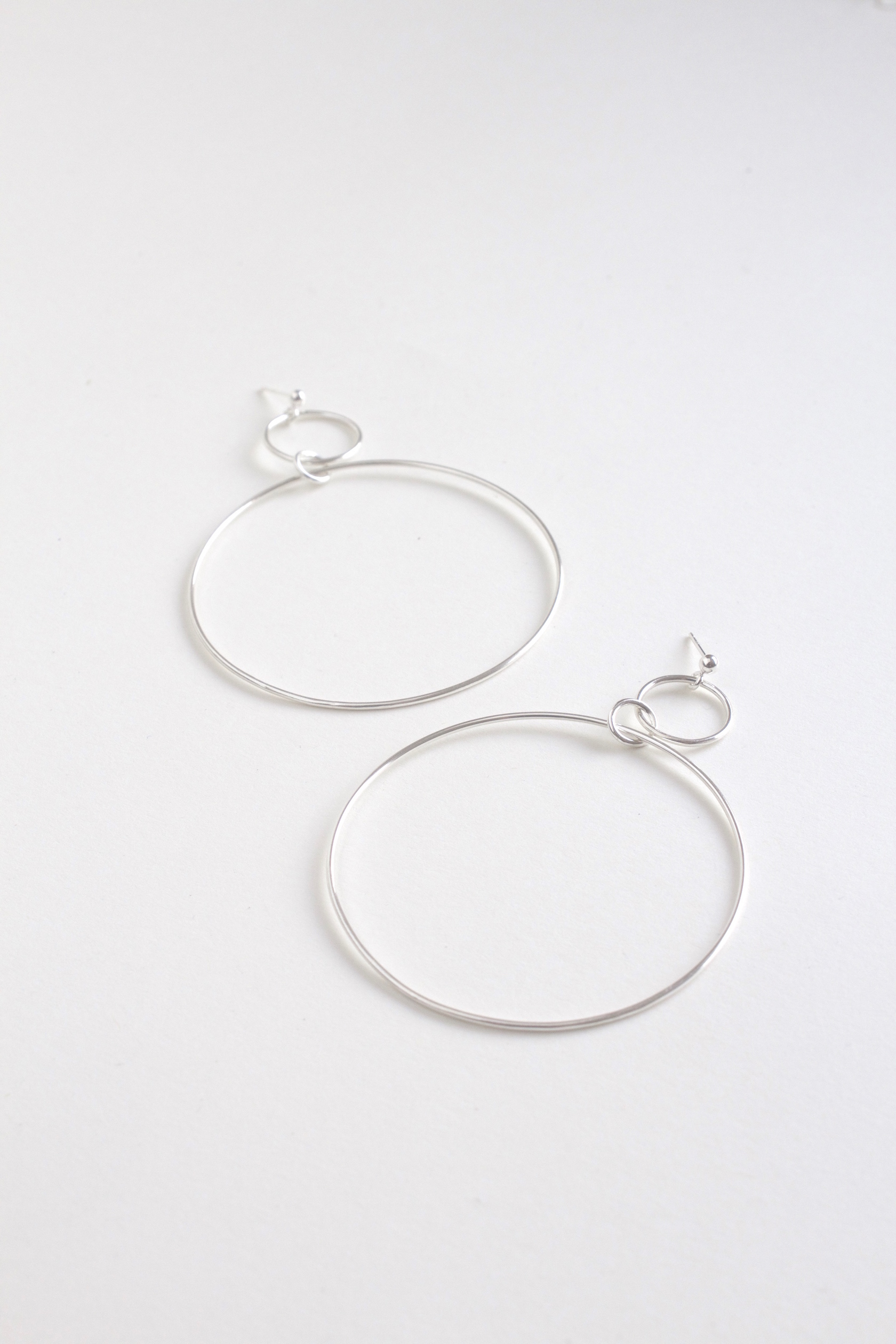 The quintessentialround hoop earring. An elegantaddition to daily living that never goes out of style.   - Material: Availlable in Brass or Sterling Silver  - Solid sterling silver ear postsand butterflys  - Approx. 4cm diameter  - Available in Rose Gold plate version