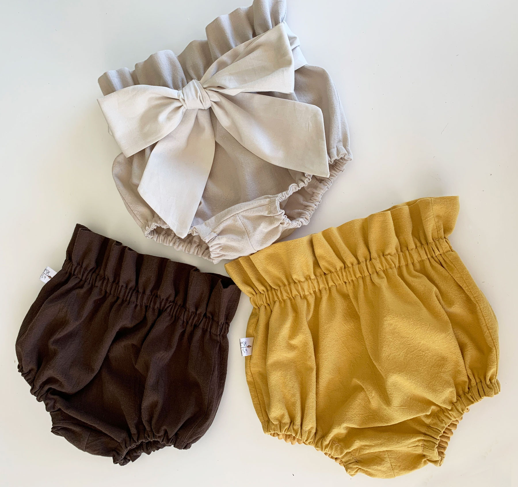 There is nothing cuter than your little one dressed to the nines.  We just love our gorgeous little cotton bloomers, they pair so well with our knee high socks and mary janes.  Colours available : Light pink, mustard, beige and chocolate brown.  You can order custom colours too.