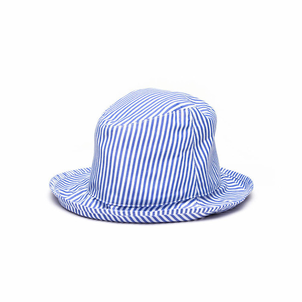 A foldable, rollable bucket hat cut from a soft 100% cotton, milled in Plettenberg Bay. Finished with an inner lining and an all-round brim.