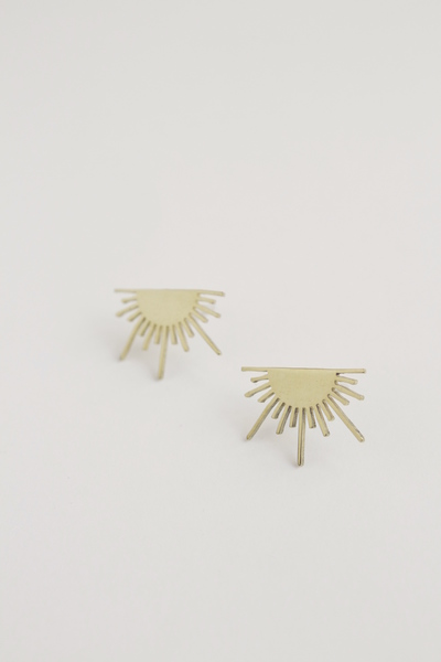 This pair of earrings features a brass Golden Ray design. 