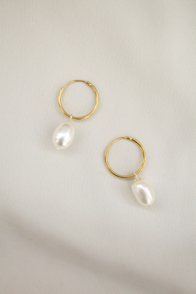 A lightweight hoop earring with suspended freshwater pearl. 